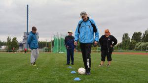 Aikuisten kehitysvammaisten Ryhtiä ruotoon -liikuntakerhossa Kauhavalla harjoiteltiin mm. pallon kuljettamista.