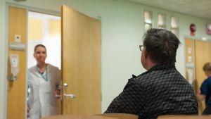 Potilas odottaa lääkärille pääsyä terveyskeskuksessa.