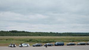 Presidenttejä kuljettava poliisisaattue Savonlinnan lentokentällä.