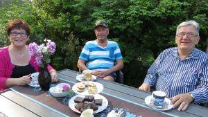 Tornion siirtolapuutarhayhdistyksen väkeä kahvipöydässä