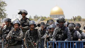 Israelin poliisivoimat vartioivat Jerusalemissa perjantairukokouksen aikana.