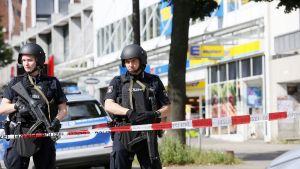 Poliisi vartioi supermarketin edessä Hampurissa, Saksassa.