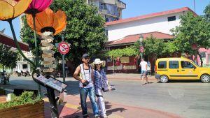kaksi turistia kadulla