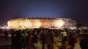 Valaistu stadion ilta-aikaan.