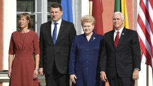 Viron presidentti Kersti Kaljulaid, Latvian presidentti Raimonds Vejonis, Liettuan presidentti Dalia Grybauskaite ja Yhdysvaltain varapresidentti Mike Pence ryhmäkuvassa Tallinnassa 31. heinäkuuta.