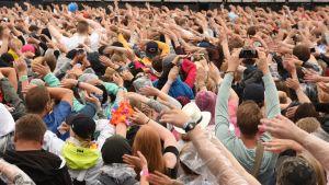 Yleisö kädet ylhäällä Oulun Qstockissa.