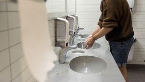 Mies pesee käsiä Kajaanin Prismassa.