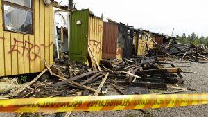 Tulipalossa tuhoutunut urheilukentän huoltorakennus Sipoon Söderkullassa 31. heinäkuuta.