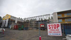 Lapin keskussairaalan hallintorakennus remontissa.