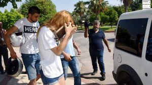 """Poliisi otti kiinni """"Hero"""" -paitaisia ihmisiä Antalyassa 22. heinäkuuta."""