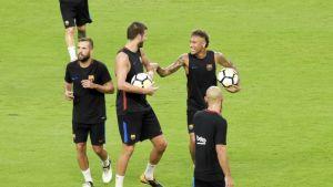 Neymar, Gerard Pique ja Jordi Alba Barcelonan harjoituksissa.