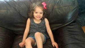 Aivovamman saanut lapsi istuu sohvalla.
