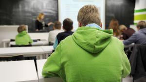 Yläasteen oppilaita luokassa