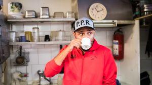 Kebab-pizzeriayrittäjä Ibrahim Çölgeçen aloittaa iltaan asti kestävän työpäivänsä aamupäivällä. Ensin kupponen kahvia.