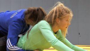 Jenna Sihtola (vihreässä paidassa) sparraa Annimaria Ahon kanssa Tampereen junioreiden MM-paineissa.