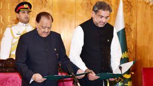Väliaikainen pääministeri Shahid Khaqan Abbasi (oik.) vannoi virkavalansa 1. elokuuta Islamabadissa presidentti Mamnoon Hussainin (vas.) läsnäollessa.