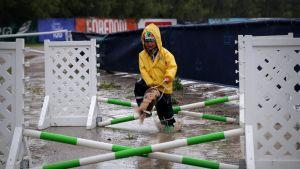 Espoolainen Sanni Siitonen, 4, nauttii keppariharrastuksesta sateesta piittaamatta.