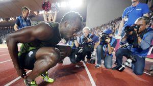 Usain Bolt poseeraa valokuvaajille