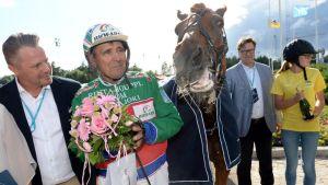 Ohjastaja Markku Hietanen ja Akaasia voittivat Kuningatarkilpailun Kuninkuusraveissa Vermon raviradalla.