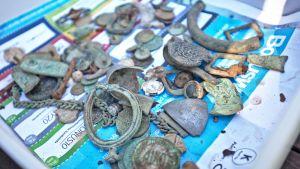 Jaatilan kylästä, yksityisellä pellolta löytyi sekä vanhoja Ruotsin ja Venäjän vallan aikaisia rahoja että esimerkiksi kuparisormuksia.
