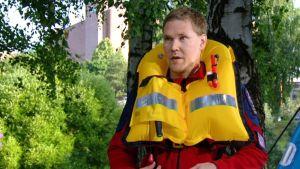 Meripelastusseuran koulutuspäällikkö Jaakko Heikkilä kertoi pelastusliivien eroista.