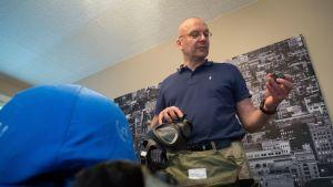 Juha-Pekka Soinola katselee rauhanturvavarusteita kotonaan