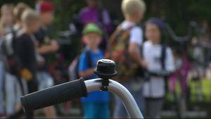Anjalan koulun oppilaat odottavat koulun pihalla uuden lukuvuoden alkua