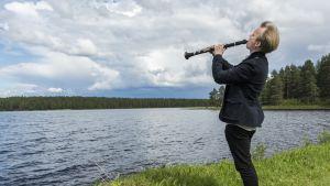Lauri Sallinen soittaa klarinettia Kärenjärven rannalla Kuhmossa