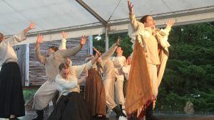 Ooppera harjoittelee Limingassa ulkolavalla.