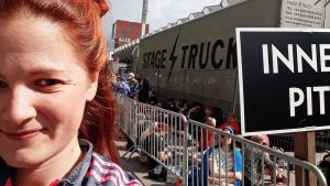 Marjaana Kokki jonottamassa Robbie Williamsin konserttiin.