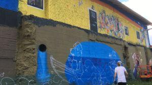 Vesilaitoksen talon seinään maalataan katutaidetta Kouvolassa