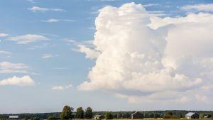 Pilviä maalaismaisemassa.