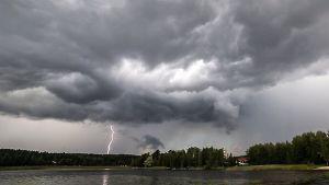 Ukkospilviä ja salama iskee Jyväskylän Nenäinniemessä.