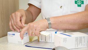 Apteekkari esittelee Kontulan apteekissa kakkostyypin diabeteksen lääkkeitä, joiden Kela-korvaus on laskenut