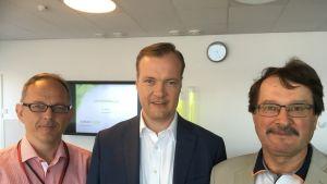 Kotkan Energian uusi toimitusjohtaja Pekka Passi keskellä. Oikealla lomien kautta eläkkeelle jäävä toimitusjohtaja Vesa Pirtilä ja vasemmalla Kotkan Energian hallituksen puheenjohtaja Pasi Hirvonen.
