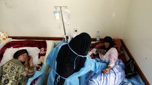 Jemeniläisiä naisia sairaalassa