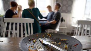 Tyhjä lautanen pöydällä.