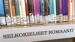 Selkokielisiä romaaneja Seinäjoen kaupunginkirjaston hyllyssä.