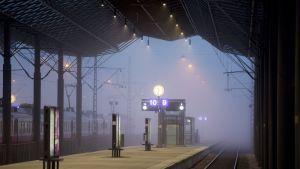 Tyhjä asemalaituri Helsingin Rautatieasemalla aamulla 31. maaliskuuta 2016.
