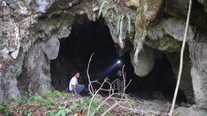 Tutkijoita luolansuulla Sumatralla.