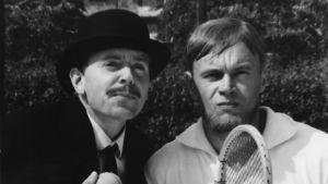"""Jaakko Pakkasvirta (vas.) ja Pertti """"Spede"""" Pasanen X-Paroni-elokuvassa (1964)."""