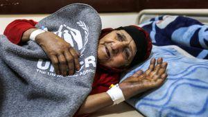 nainen sairaalan sängyssä