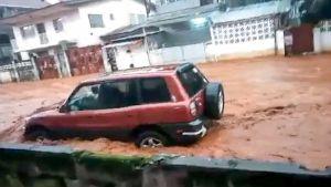 auto tulvivalla kadulla
