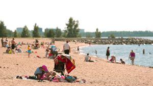 Ihmisiä Oulun Nallikarin uimarannalla.