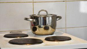 Kattila keittiön liedellä.