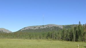Merenpinnasta yli 700 metrin korkeuteen kurottaa Pyhätunturin radio- ja televisiomasto Kultakeron päällä. Masto pystytettiin 50 vuotta sitten ja on tänäänkin merkittävä joukkoviestinnän välittäjä