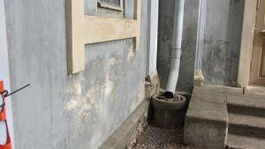Maali irronut kirkon seinästä