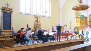 Alankomaiden kamariorkesteri harjoittelee Kemin kirkossa.