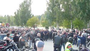 Iso joukko savolaisia moottoripyöräilijöitä kuunteli ohjeita ennen Toni Hynysen muistoajolle lähtöä.