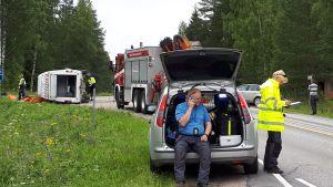 Koululaisia kuljettaneen pikkubussin ja henkilöauton kolaripaikka Konnevedellä.